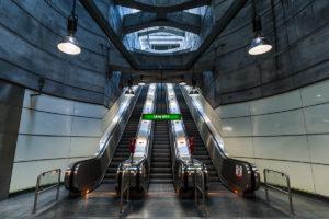 Rolltreppe im Bahnhof Schottenring, dem Übergang von der Linie U2 (violett) zur Linie U4 (grün)