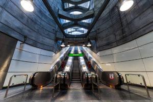 Rolltreppe und Betonkonstruktion im Bahnhof Schottenring, dem Übergang von der Linie U2 (violett) zur Linie U4 (grün)