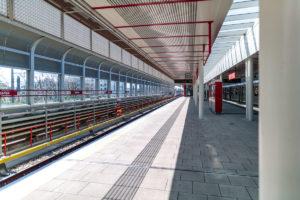 Bahnsteig des überirdischen Bahnhofs Oberlaa der Linie U1 (rot)