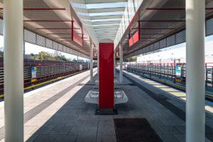 Bahnsteig des überirdischen Bahnhofs Neulaa der Linie U1 (rot)