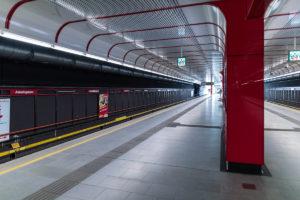 Bahnsteig des Bahnhofs Alaudagasse der Linie U1 (rot)