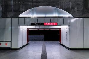 Durchgang zum Bahnsteig der Station Alaudagasse der Linie U1 (rot)