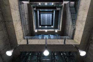 Blick in die Betonkonstruktion der Treppen und Aufzüge im Bahnsteig der Station Alaudagasse der Linie U1 (rot)