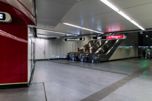 Eingangsbereich und Rolltreppen im Bahnhof Troststraße der Linie U1 (rot)