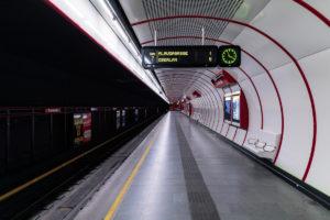 Bahnsteig und Tunnelröhre des Bahnhofs Troststraße der Linie U1 (rot)