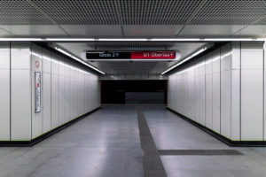 Durchgang im Bahnhof Troststraße der Linie U1 (rot)