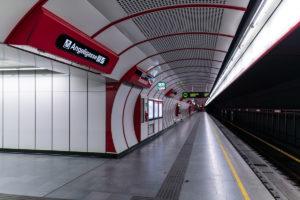 Tunnelröhre und Bahnsteig der Station Troststraße der Linie U1 (rot)