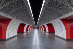 Mittelbahnsteig und Symmetrie der Station Westbahnhof der Linie U3 (orange)