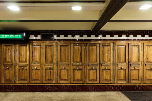 Schaltschränke hinter Holztüren