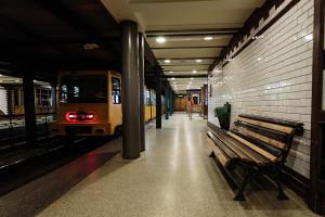 Abfahrbereiter Földalatti-Zug im Bahnhof Bajza utca