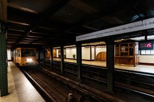 Einfahrt in den Földalatti-Bahnhof Kodály körönd