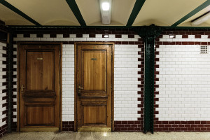 Holztüren zu den Betriebsräumen vom Bahnhof Oktogon