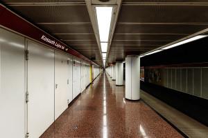 Low ceiling at Kossuth Lajos tér station