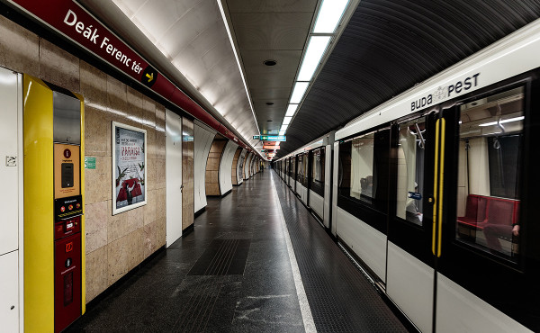 Train of M2 line at Deák Ferenc tér station