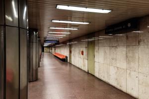 Rear area of platform at Arany János utca station