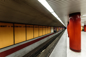 Tunnel tube and platform of Klinikák station